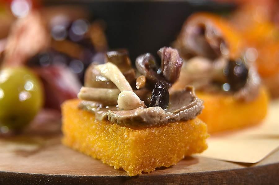 君悅〈Ziga Zaga〉新菜〈雞肝醬佐玉米糕〉,在酥炸玉米糕上有雞肝醬、油封野菇,還有鯷魚。(圖/姚舜)
