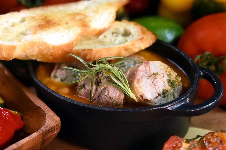 〈Ziga Zaga〉新菜〈白腰豆燉香腸〉的白腰豆要先用蔬菜高湯泡軟入味後,再與義式香腸同燉,風味甚佳。(圖/姚舜)