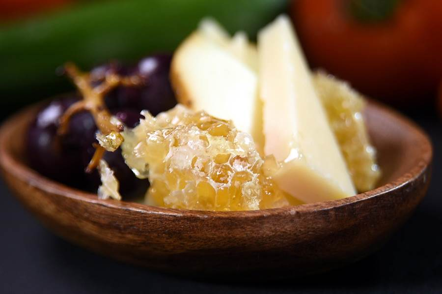 〈Ziga Zaga〉的〈乳酪盤〉,除有〈Grand Padano起司〉,還有產於南義帶有獨特煙燻風味的〈煙燻Scamorza史卡瑪爾扎乳酪〉,以及帶梗的風乾葡葡,並搭配澳洲進口的整塊蜂巢,非常華侈。(圖/姚舜)