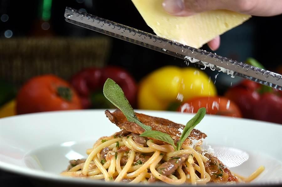 風味濃郁並帶有微微辛辣味的〈Pecorino佩可利諾羊乳酪〉,是義大利最古老的乳酪,〈Ziga Zaga〉現刨為〈義式吸管麵條/油封鴨腿肉〉提味添香。(圖/姚舜)