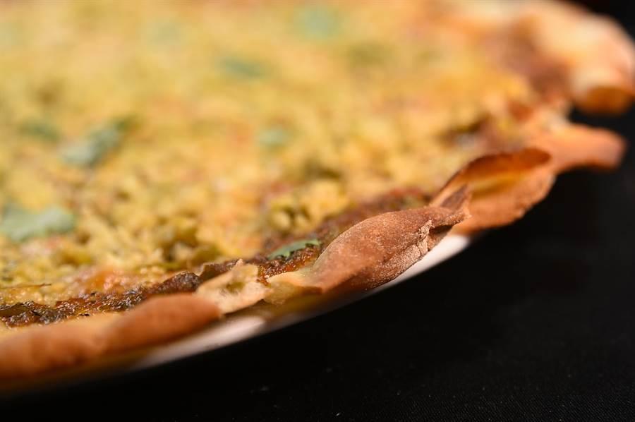 〈Ziga Zaga〉一口氣多出超過20款經典義大利麵與披薩,圖為羅馬式的薄脆披薩。(圖/姚舜)