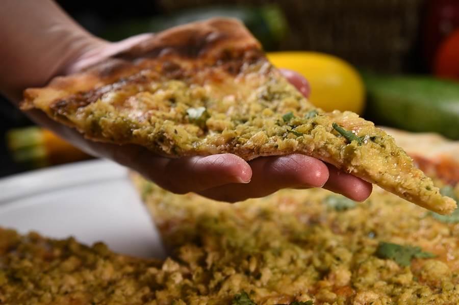 〈Ziga Zaga 披薩〉是經典款羅馬式披薩,薄荷辣椒醬鋪底後撒上醃製入味的辣味雞絞肉,入口吃的是瑪札瑞拉乳酪的濃郁香氣,入喉的特殊微辣感與辛香交織堆疊。(圖/姚舜)