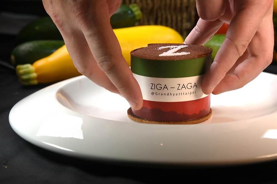 〈熔岩提拉米蘇〉是由法籍主廚重新解構經典義式甜點,拉開外層紙圈會流漿。(圖/姚舜)