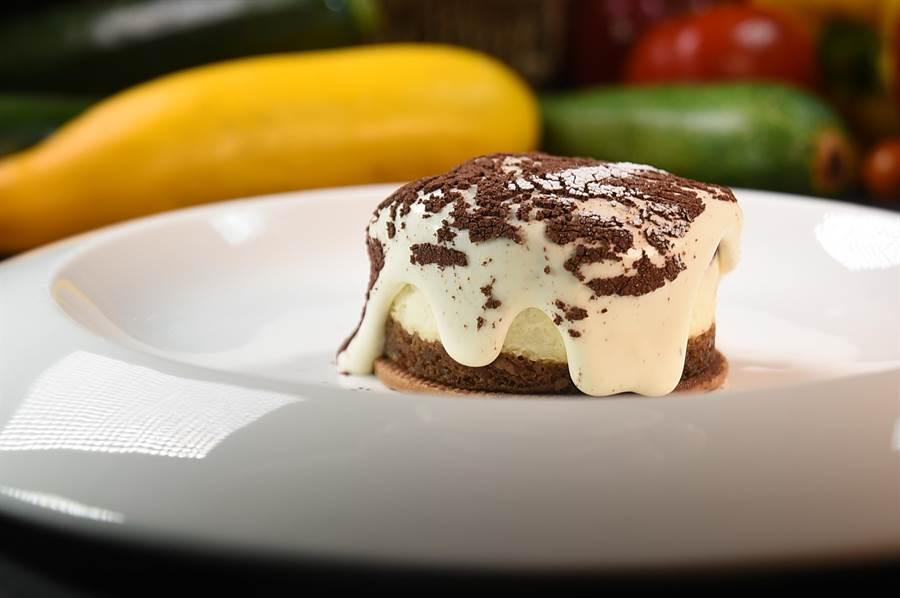 〈Ziga Zaga〉的〈熔岩提拉米蘇〉,是將提拉米蘇的靈魂「瑪斯卡彭乳酪」製成奶泡慕絲狀,拉起蛋糕紙的瞬間,流動的乳酪如瀑布般傾瀉而下。(圖/姚舜)