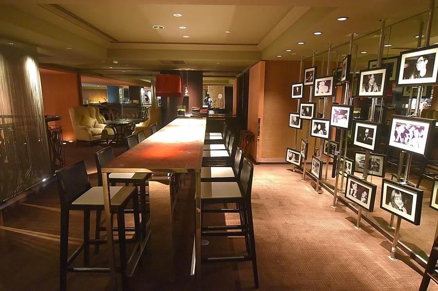 台北君悅〈Ziga Zaga〉義大利餐廳規畫有多個不同用餐區,其中高腳椅區有一面「名人牆」,記錄著昔日名人在此的軌跡。(圖/姚舜)