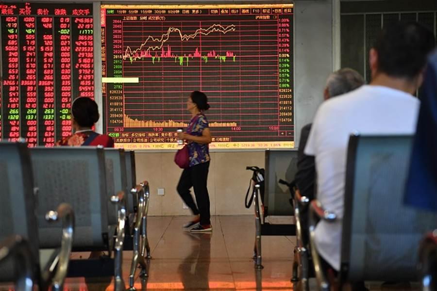 陸股錢潮湧現飄牛味!現在投資還來得及嗎? (圖/中新社資料照)