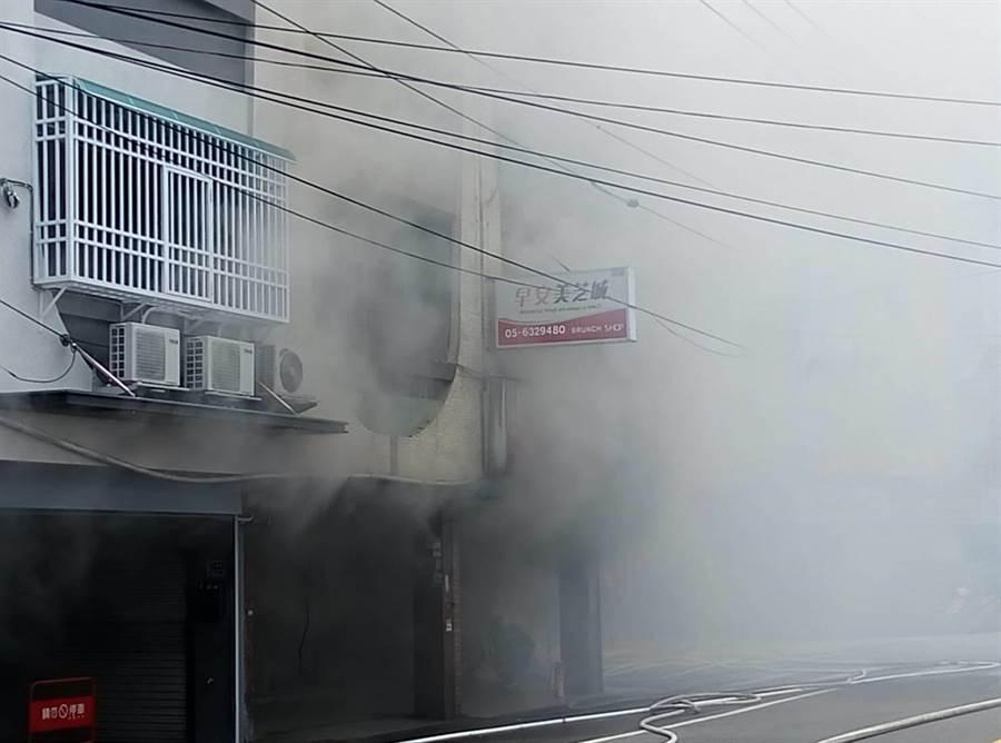 雲林縣虎尾早餐店火警,濃煙幾乎淹沒道路。(許素惠攝)
