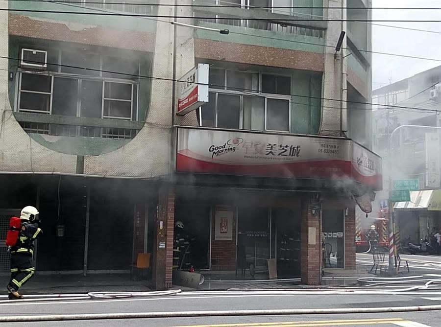 雲林縣虎尾早餐店火警,內部設施付之一炬。(許素惠攝)