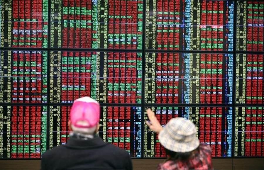 資金行情簇擁,台股盤中飛躍1萬2100點大關。(資料庫)