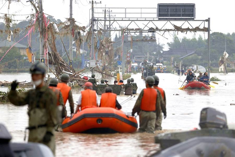日本九州创纪录暴雨在熊本县造成严重洪灾,截至6日上午,已造成将近40人丧命,当中24人已被宣告死亡、16人无生命迹象。(图路透社、日本共同社)