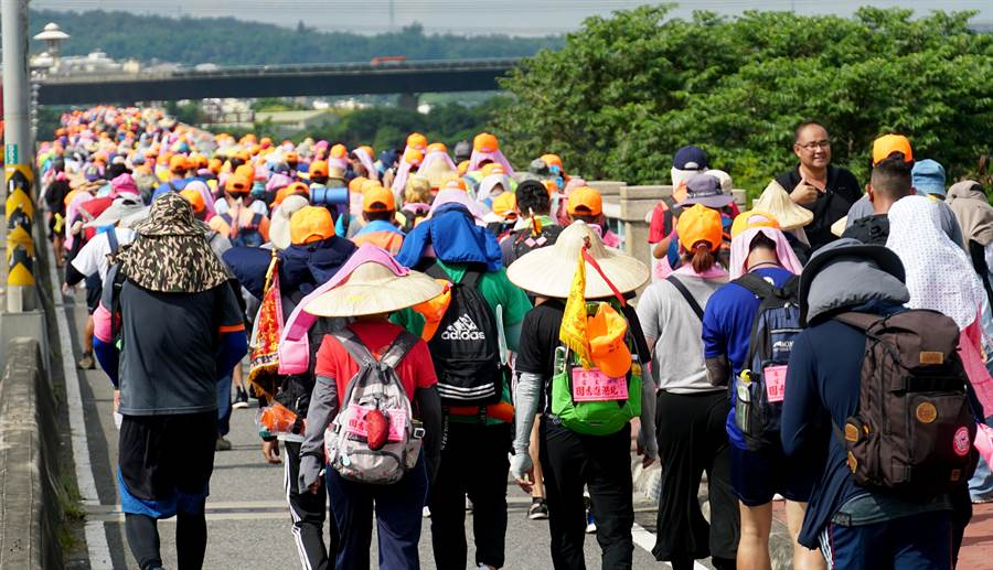白沙屯媽祖往北港9天8夜徒步進香活動,6日第二天,約3萬多信徒隨行跟隨,圖中信徒行經大度橋,橋上慢車道,佈滿走路的信徒。(黃國峰攝)