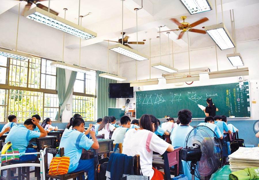 夏季教室悶熱,就算掛扇齊開,各角落還是必須加電風扇為學生消暑。(資料照/林和生攝)