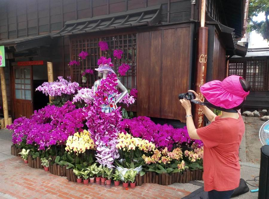 雲林故事館是最佳的花卉創作及展出載體,美麗作品吸引人拍照打卡。(許素惠攝)