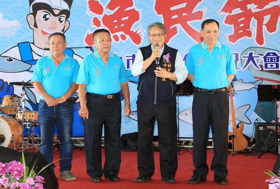 台中市副市長令狐榮達(右二)特到場致意,並肯定漁民長年來的辛苦努力。(台中市政府提供/陳世宗台中傳真)