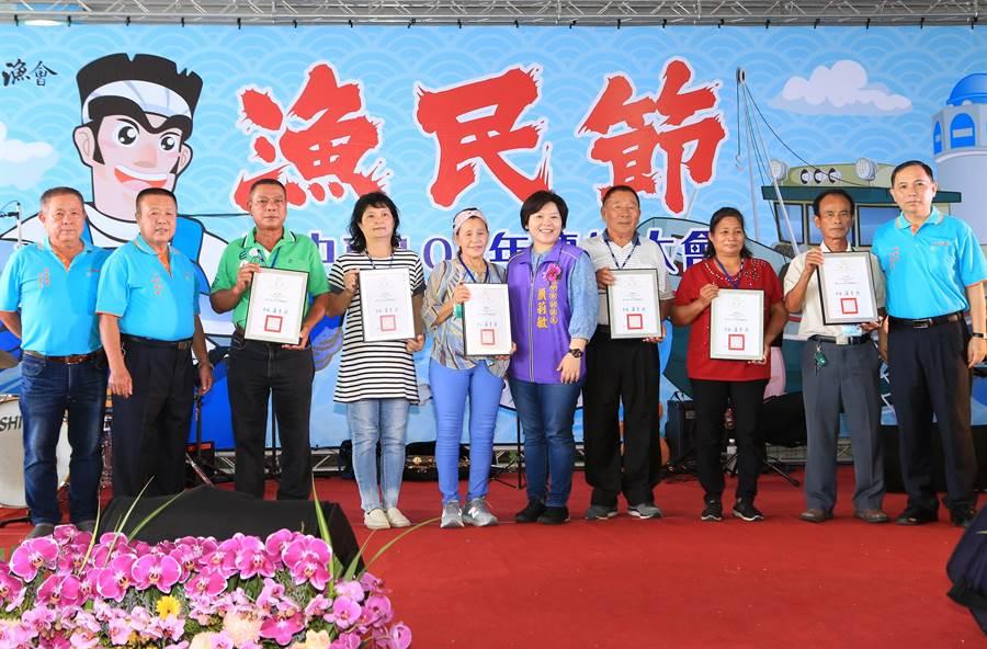 台中市議會副議長顏莉敏(右五)到場與漁民歡慶屬於自己的節日。(台中市政府提供/陳世宗台中傳真)