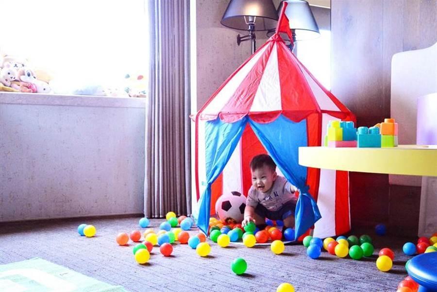 台北君品酒店推出「君彩一夏暑期住房專案」,並針對親子家庭客打造「遊戲房」。圖/君品酒店