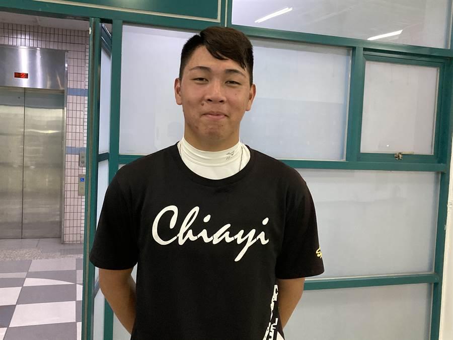 嘉義高中應屆畢業生劉崇聖有少見的「螃蟹球」而受到關注。(鄧心瑜攝)
