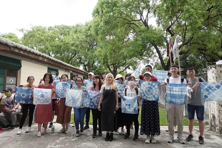 中興大學法政學院首次舉辦全英語「全球永續治理」課程,推出城市導覽活動,學員體驗光復興村藍染。(興大提供/陳淑芬台中傳真)
