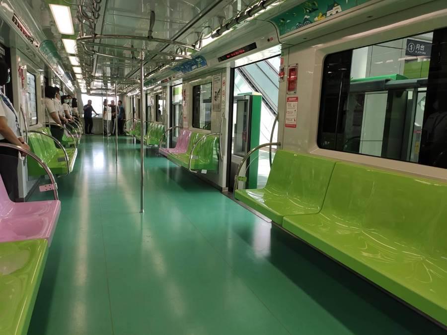 台中捷運綠線車廂內馬卡龍色系座椅,超夢幻,且沿線經過許多漂亮公園,宛如在樹海上行走,綠意相伴。(張妍溱攝)