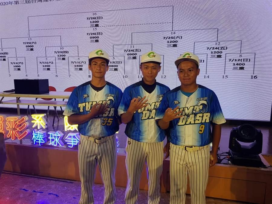 上屆台灣運彩全國大專校院系際盃棒球爭霸賽冠軍成員之一林志軒(右),本屆擔任台北海洋科技大學海洋運動休閒系教練,幫助學弟成長。(陳筱琳攝)