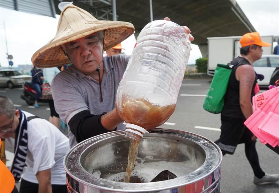 媽祖信徒賴明蒼先生,開過香客車、參加醫療團,近年來連續5年隨行媽祖遶境奉茶水,自釀酸梅湯供信徒沿途解渴,他分享遇見媽祖的奇遇。(黃國峰攝)