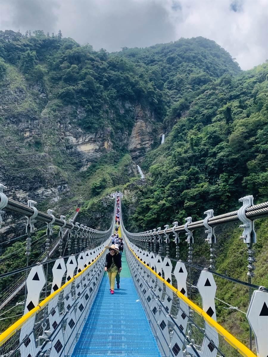信義鄉雙龍瀑布七彩吊橋吸引人潮,遊憩設施還得再升級。(廖志晃攝)
