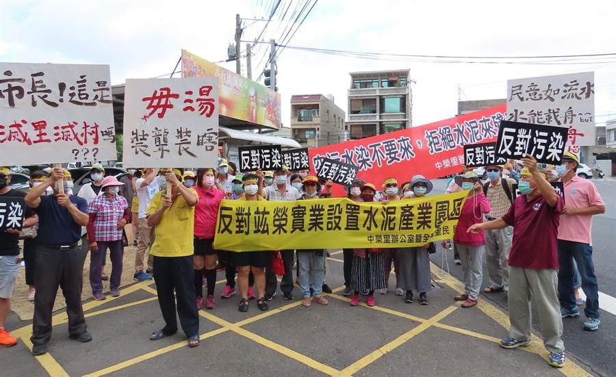 竑榮實業去年在台南市安定區申請設置水泥產業園區,6日在區公所舉行首次審查會議及現地會勘,近200位居民舉布條、高喊「反對到底、台南市政府惡劣」等口號表達不滿。(莊曜聰攝)