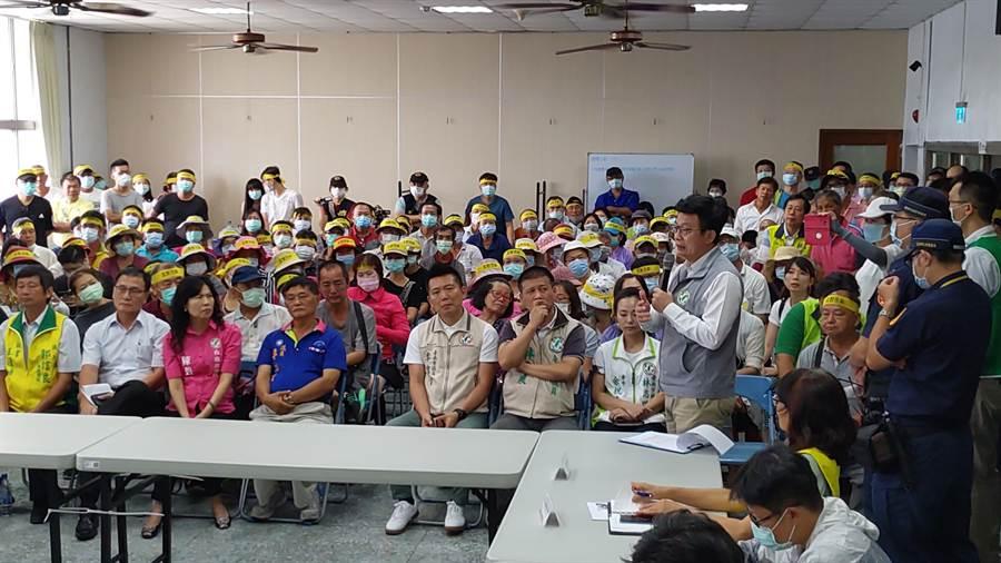 竑榮實業去年在台南市安定區申請設置水泥產業園區,6日在區公所舉行首次審查會議及現地會勘,多位民代到場聲援,表達反對立場。(莊曜聰攝)