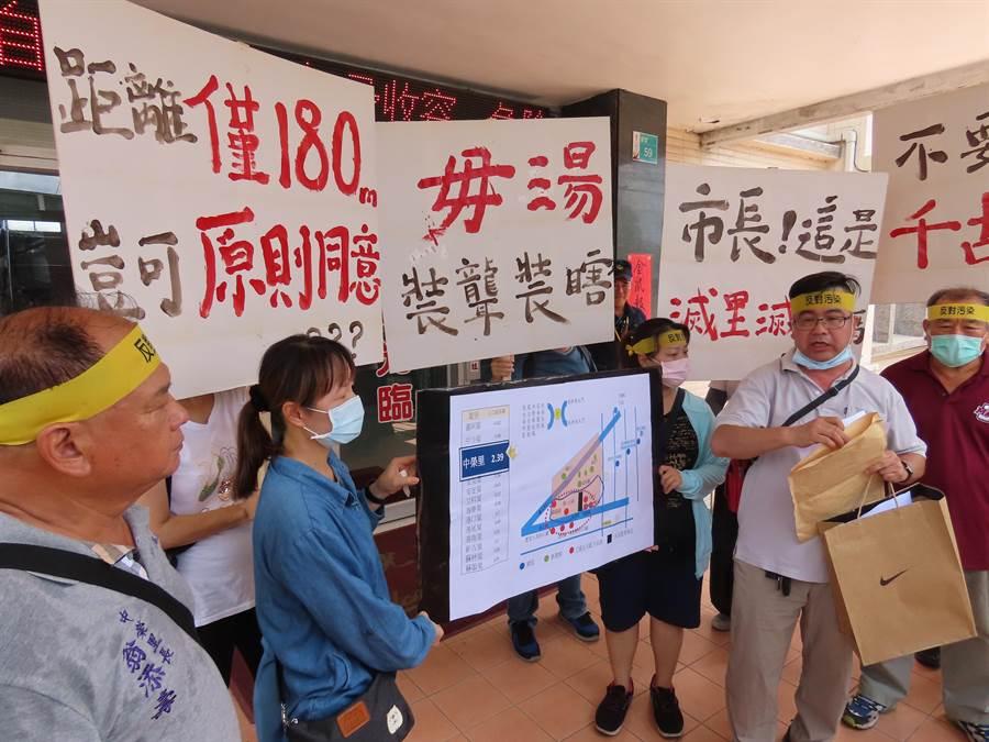 竑榮實業去年在台南市安定區申請設置水泥產業園區,擴建後園區與鄰近住宅區僅一路之隔,引發當地居民反彈,誓言反對到底。(莊曜聰攝)