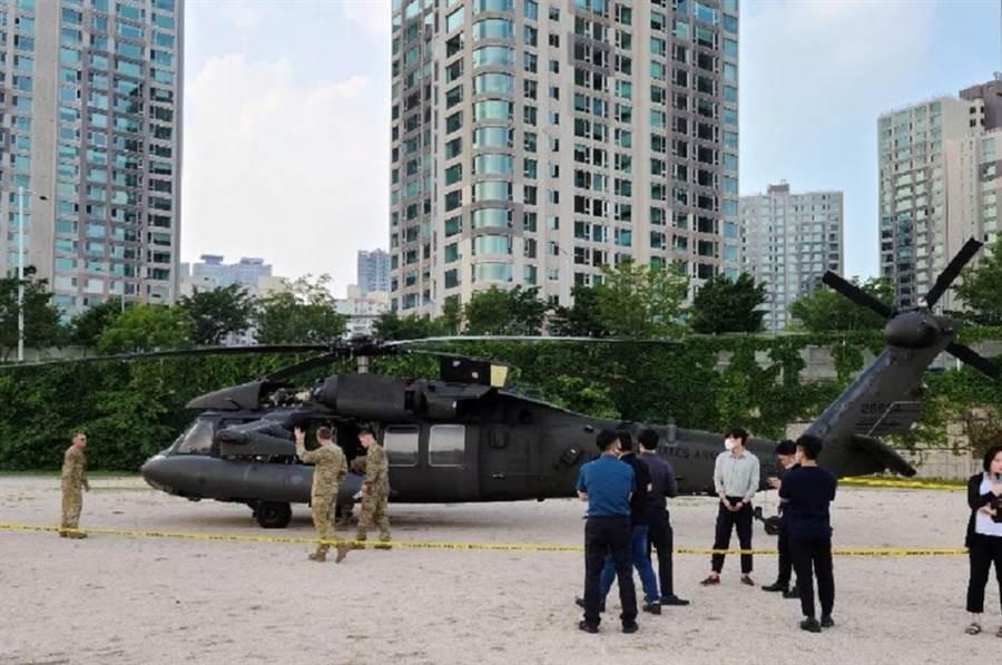 駐韓美軍黑鷹直升機 緊急降落漢江公園。(圖/Defence-Blog)