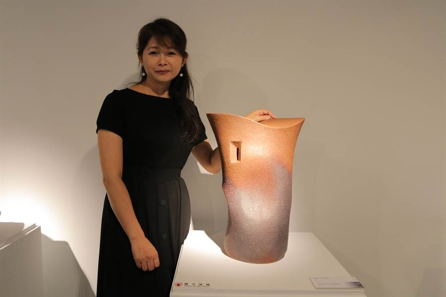 賴羿廷放棄科技業高薪,毅然決然投入陶藝創作,作品線條流暢、簡約又美麗,深受民眾喜愛。(張睿廷攝)