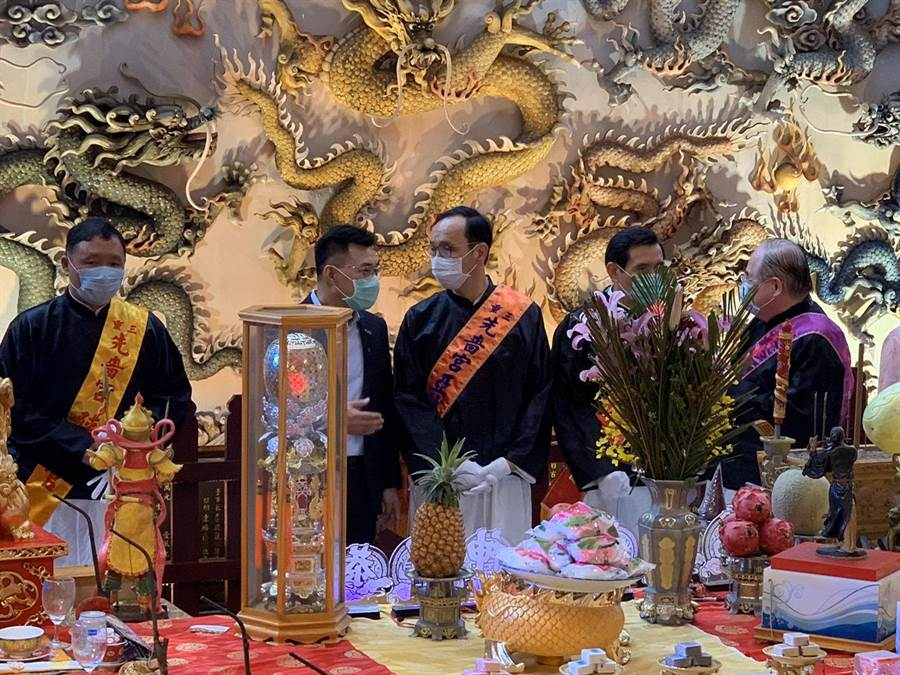 江啟臣(左二)、朱立倫(中)5月到李乾龍(右一)擔任董事長的三重先嗇宮參加法會。(先嗇宮提供)