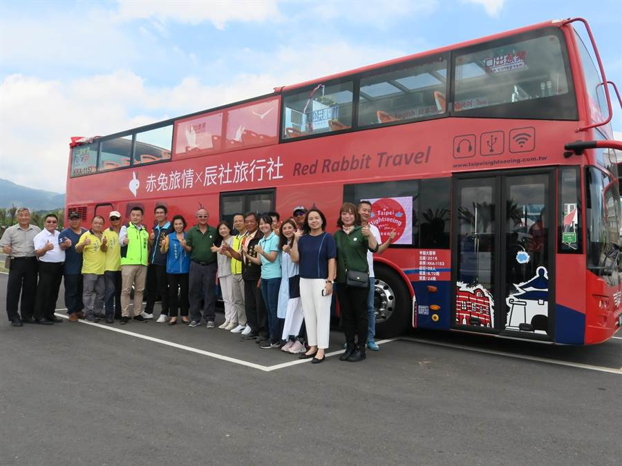 北海岸首輛雙城觀光巴士6日首航,萬里、石門、金山區長皆到場參加活動。(新北市金山區公所提供/張睿廷新北傳真)