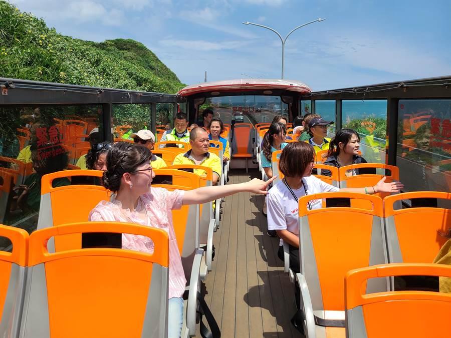 觀光巴士共有45個位置,一天會有4個班次,停留點多達10處,希望帶遊客玩遍青春山海線。(新北市金山區公所提供/張睿廷新北傳真)