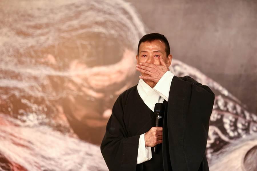 國家文藝獎得主、當代傳奇劇場藝術總監吳興國預計以《李爾在此》為告別舞台的系列演出打頭陣,憶及當年創作《李爾在此》時的不平心境,忍不住也紅了眼眶。(鄧博仁攝)