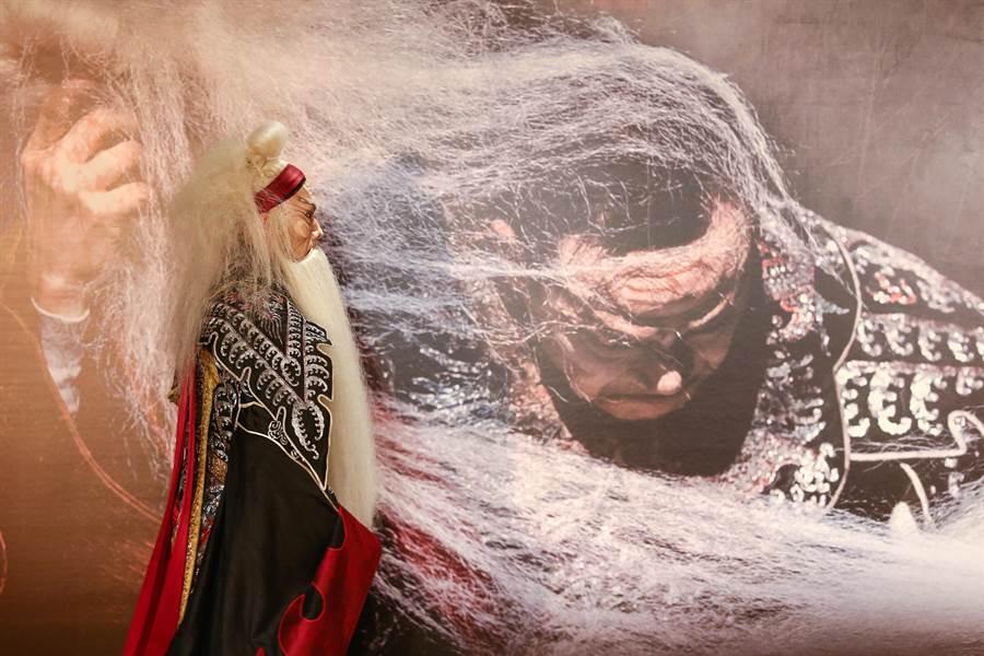 《李爾在此》本為吳興國一人飾演10角的獨角戲大作,但此回他將與一般弟子演出,由嫡傳弟子朱柏澄演出個性癲狂的李爾王。(鄧博仁)