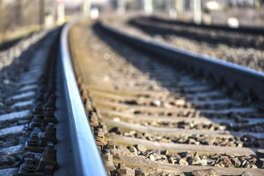 日本1名壯年男子,因跟親爸爭吵情緒控制不佳,持菜刀殺了以後,再自行跑出去家中外的月台處,等到火車來時跳下輕生陪同爸爸上天堂去。(示意圖/達志影像/Shutterstock提供)