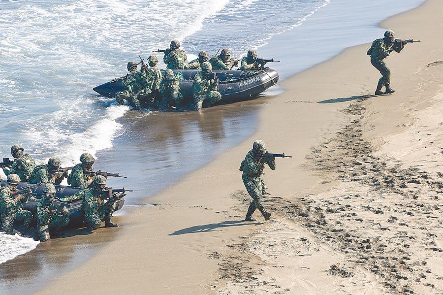 負責海軍陸戰隊3日聯合登陸作戰預演的楊姓少校,5日被發現在營區輕生。圖為昔日海軍陸戰隊進行乘橡皮艇兩棲突擊。(本報資料照片)