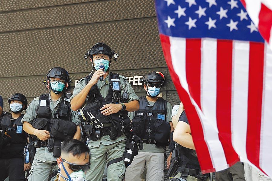 美國慶日7月4日當天,有港民在美駐港領事館外高舉美國國旗,立刻引發港警關注。(美聯社)
