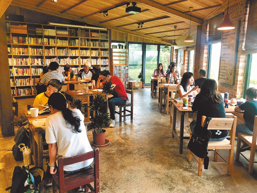 桃園市「晴耕雨讀」書店營造親近大自然的舒適環境,假日吸引不少民眾光顧。(呂筱蟬攝)