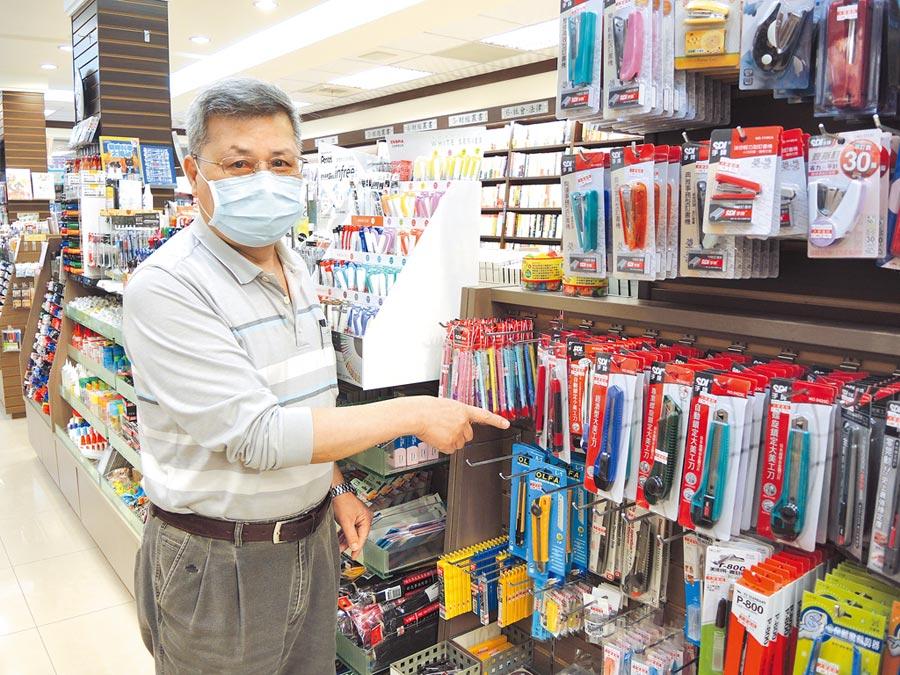 新竹市大學書局因大環境改變,業者將書的比例調降至3成多,其餘都賣文具及3C產品。(邱立雅攝)