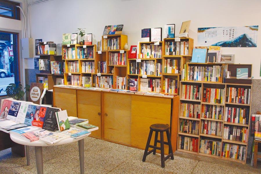 苗栗市「日榮本屋」為地方微型書店,結合甜點咖啡廳,並舉辦各類主題的書展、講座、展演、影片放映等活動,與民眾分享書香與茶香咖啡香。(何冠嫻攝)
