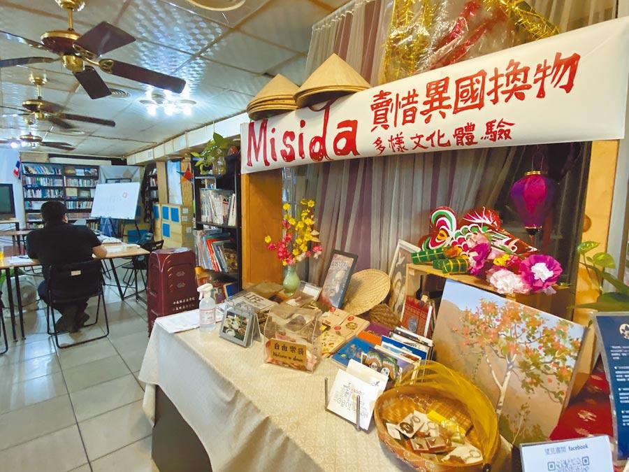 東南亞書店「望見書間」致力打造「移工的友善客廳」,疫情衝擊,人流少了1/3,下半年計畫要販售新住民手作美食如越式花生糖、果凍花等,開拓財源。(蔡依珍攝)