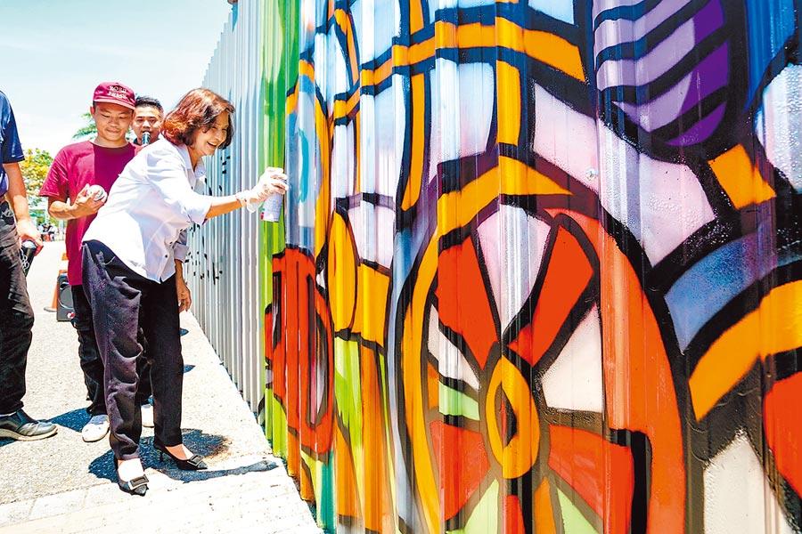 宜蘭縣在中興文創園區設置宜蘭第一個合法塗鴉牆,昨縣長林姿妙與青年們一起塗鴉,用行動鼓勵大家發揮創意、分享創作理念。(李忠一攝)