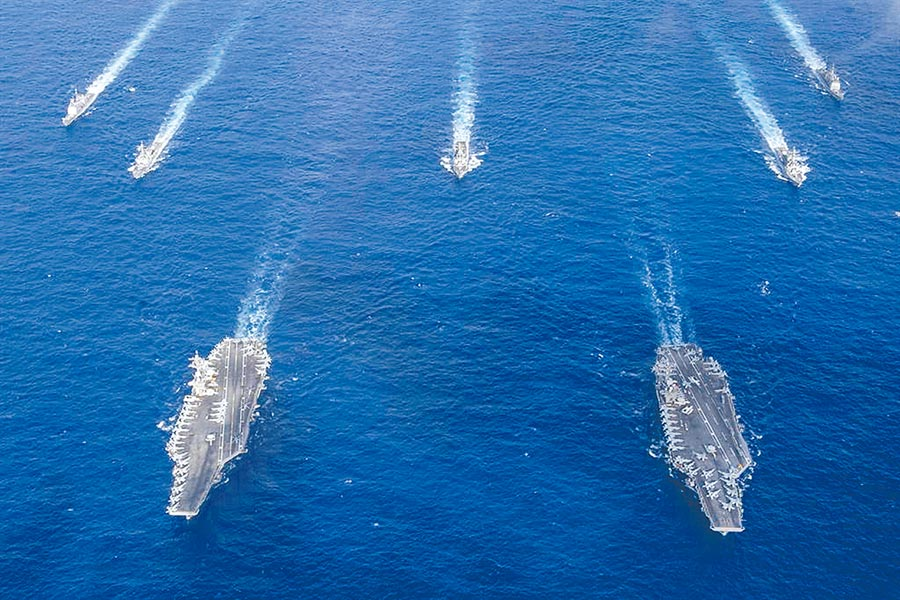 美軍近期在南海頻繁演習,大陸也罕見地與美軍在南海同場對陣,於西沙群島同時進行大規模演習。圖為上周在菲律賓海進行聯合演習的羅斯褔號與尼米茲號雙航母戰鬥群,接下來則由尼米茲號與雷根號進行聯合演習。(圖/美國海軍)