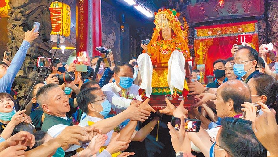 白沙屯媽祖進香活動7月5日凌晨1時由眾人扶持媽祖神像登轎。(巫靜婷攝)