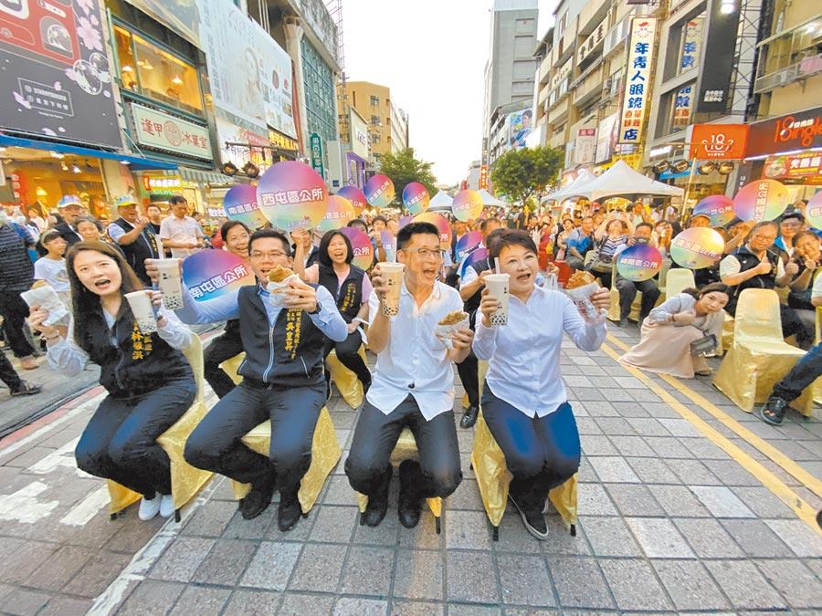 台中市長盧秀燕(右一)5日在逢甲商圈免費發放雞排及珍珠奶茶,也抽出10萬元現金獎及6萬元電動機車。(盧金足攝)