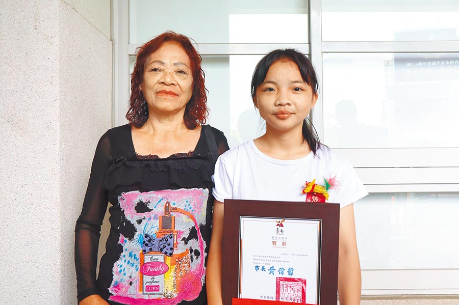 台南市南化國中張雅娟(右)雖身處逆境,但她不畏艱難、樂觀進取,不僅貼心分擔家中務農生意,也照顧家中中風的阿嬤(左),獲得全國2020總統教育獎,將於17日北上接受蔡英文總統表揚。(李宜杰攝)
