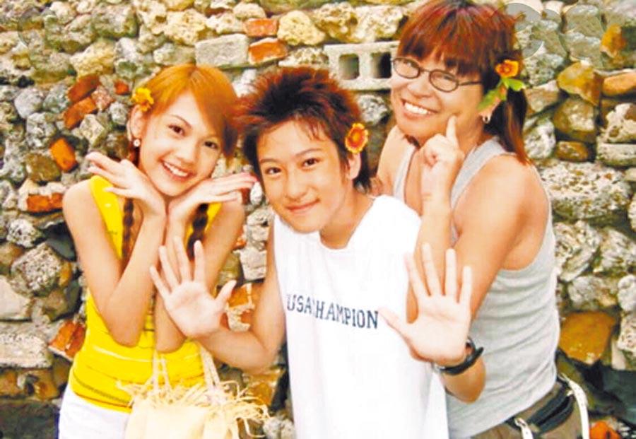 楊冠玉導演(右起)2003年與沈建宏、楊丞琳合作《原味的夏天》,一起留下俏皮可愛的合影。(摘自臉書)