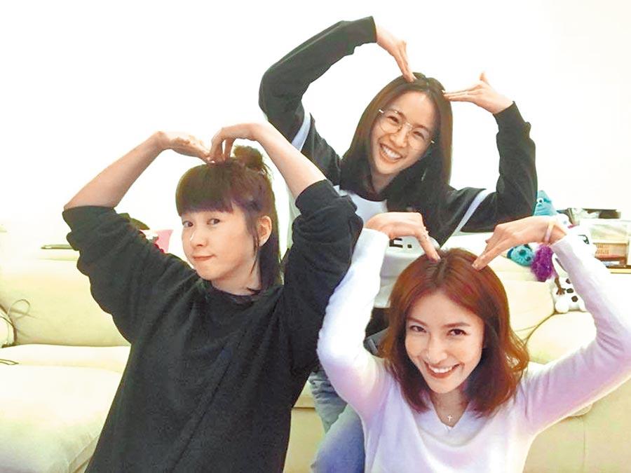 六月(左起)、林依晨、楊謹華因合作楊冠玉導演執導的《我的秘密花園》,閨蜜情誼延續至今。(摘自臉書)